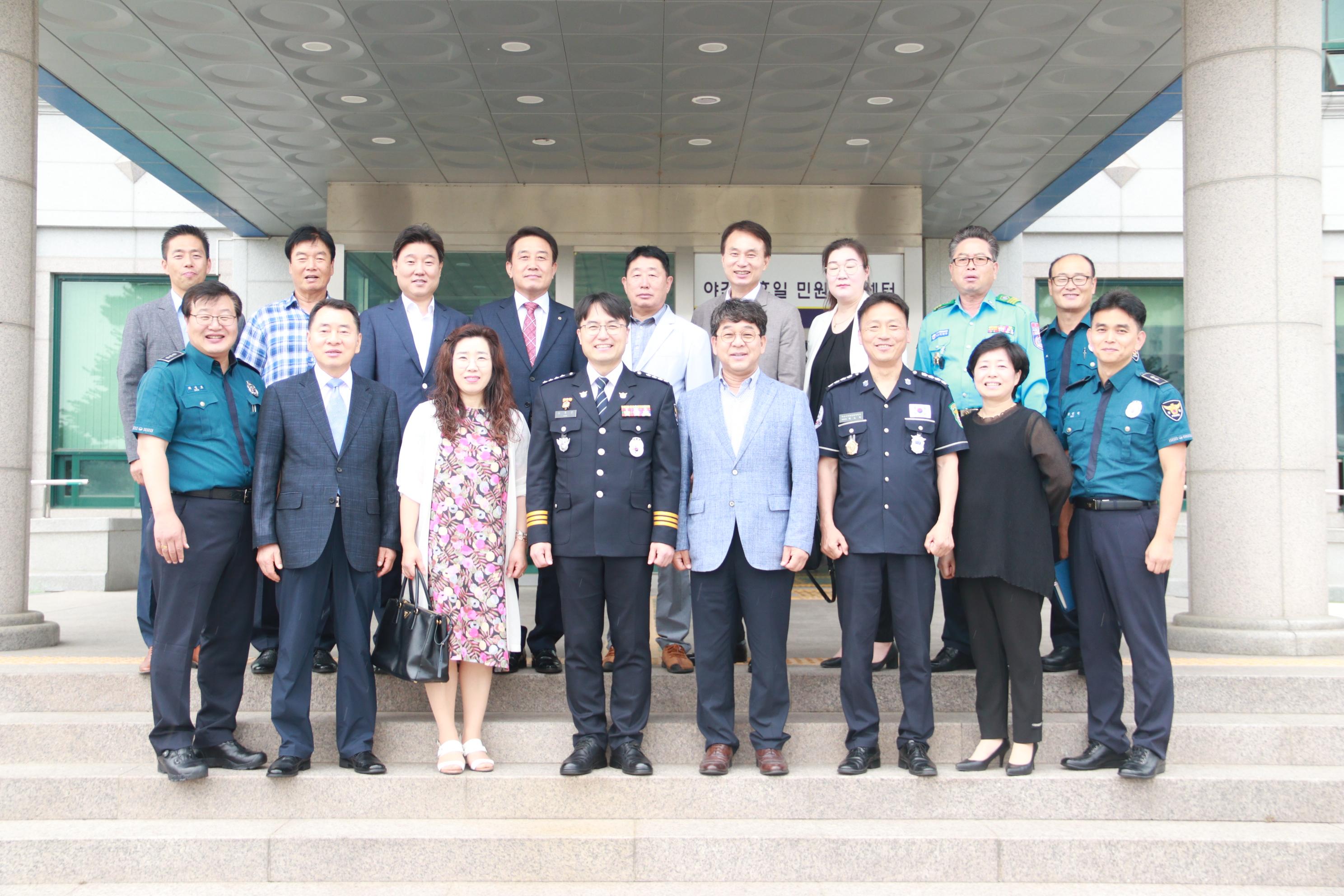 김종관 아산서장이 부임 후 협력단체장들과 기념촬영을 하고 있는 모습