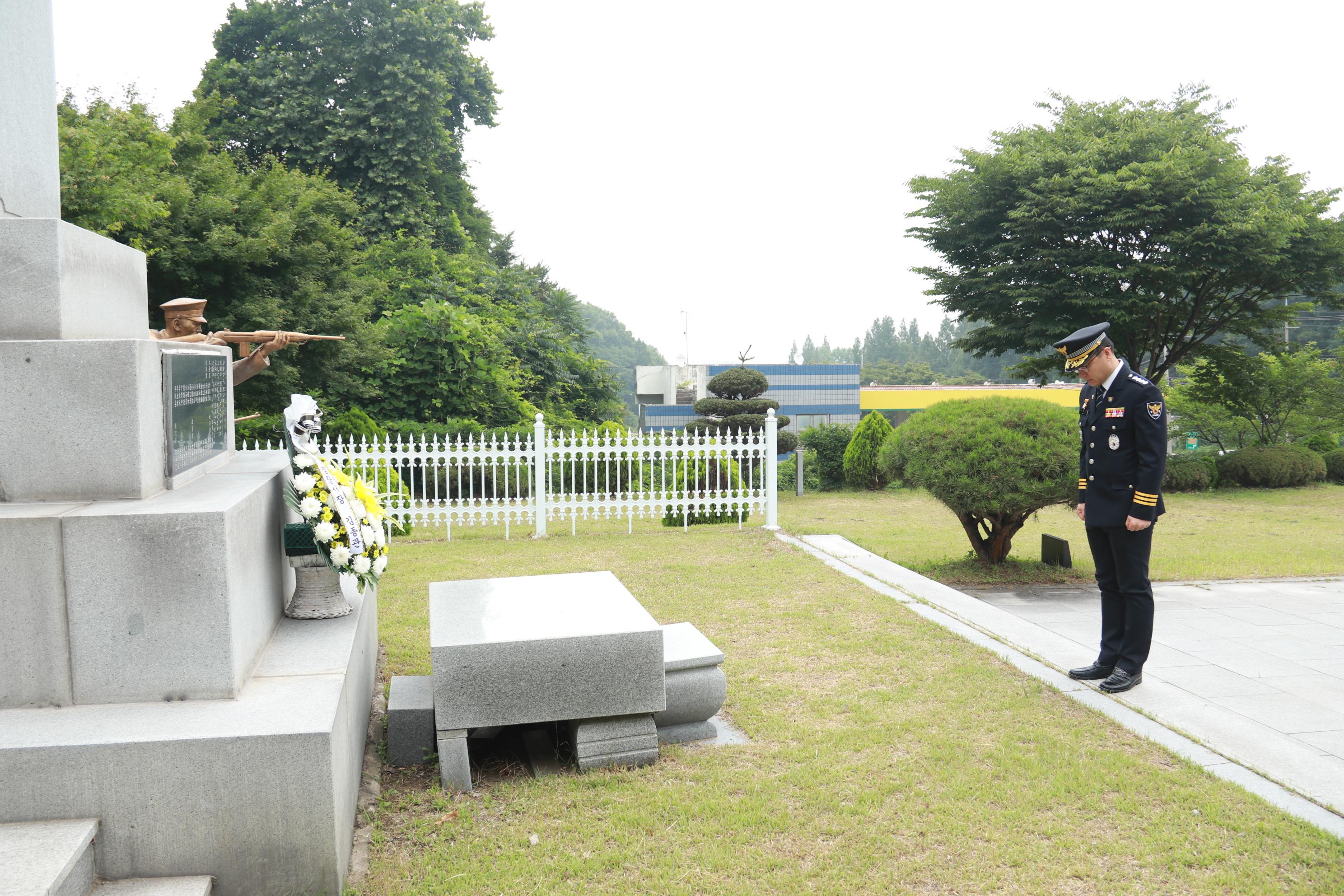 김종관 아산서장이 경찰 충혼탑에서 참배하고 있는 모습